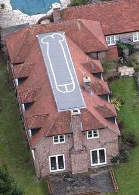 60ft - Adolescente dibuja pene de 20 metros en el techo de su casa