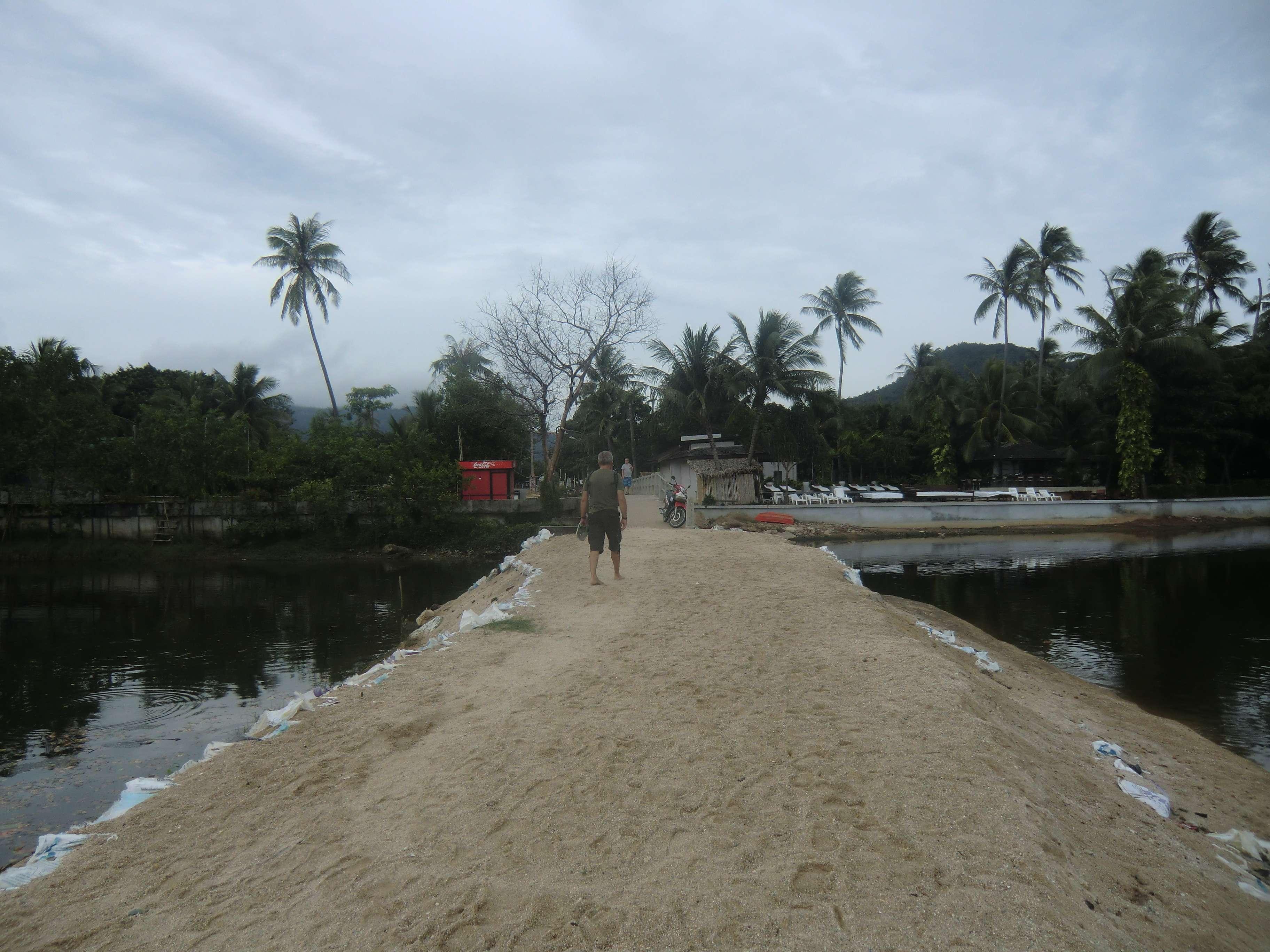 """Brücke über einen brackigen Fluss...rechts die Liegen vom """" Zara Beach Resort"""""""