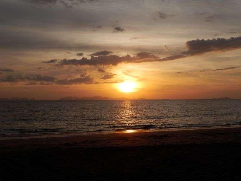 Sonnenuntergang auf Koh Jum ( die Sonne geht über Koh Phi Phi unter )